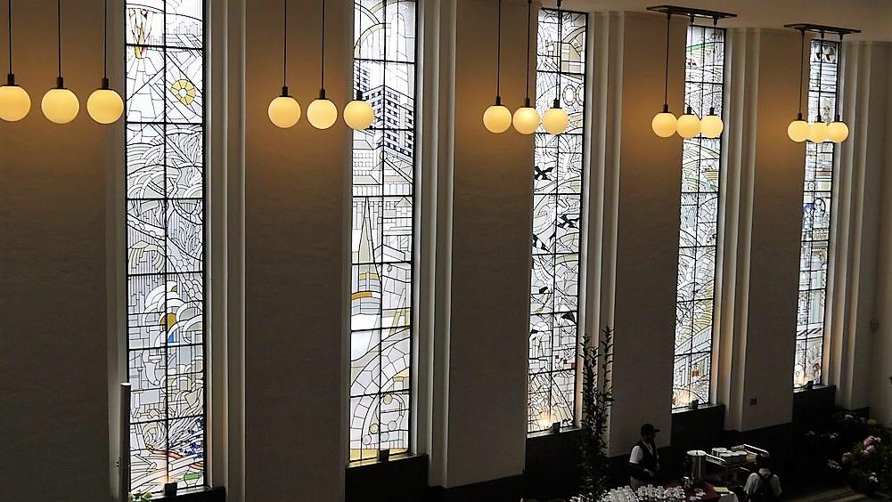 De glas in loodramen in de burgerzaal zijn ontworpen door de kunstschilder A.J. Grootens